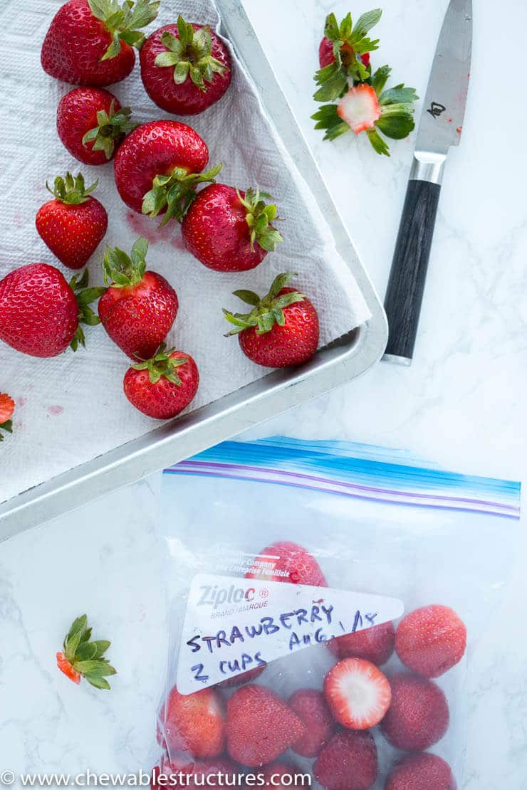 An image showing how to make a smoothie with frozen fruit with prepackaed fruit in freezer bags.